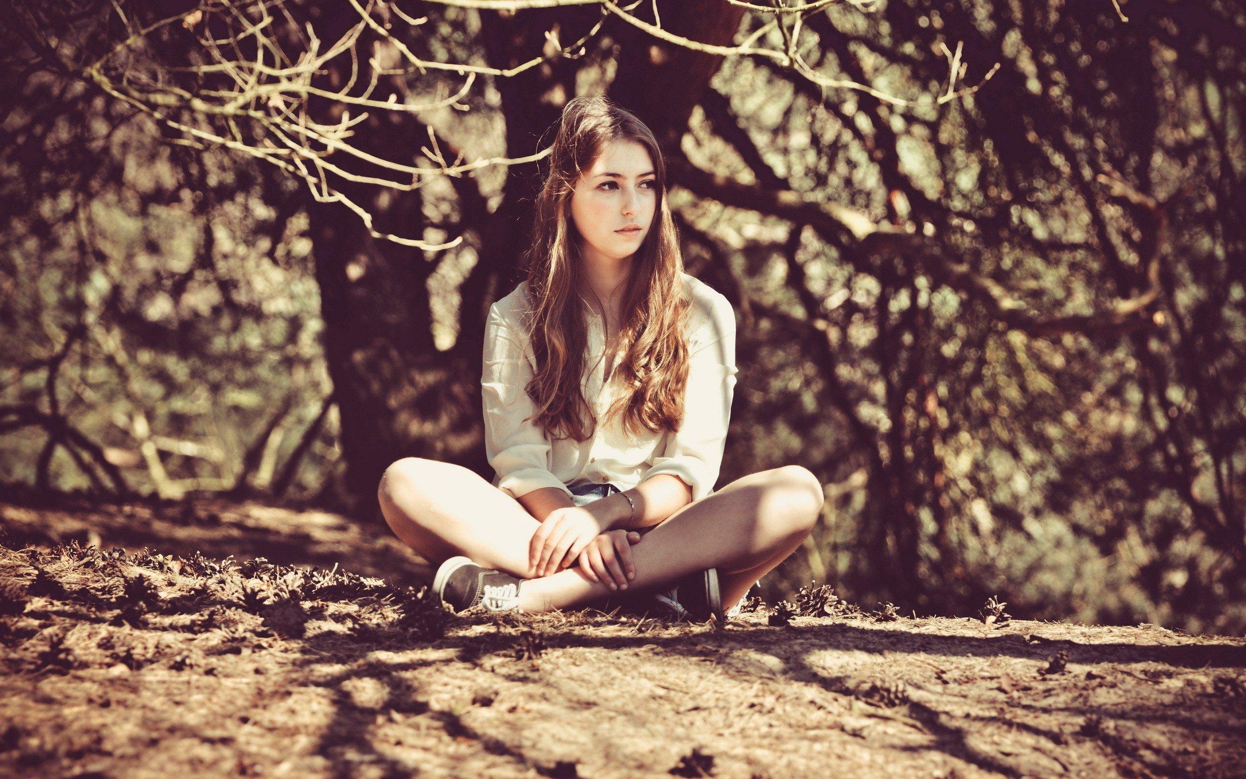 девушка ветка дерево задумчивость girl branch tree thoughtfulness бесплатно