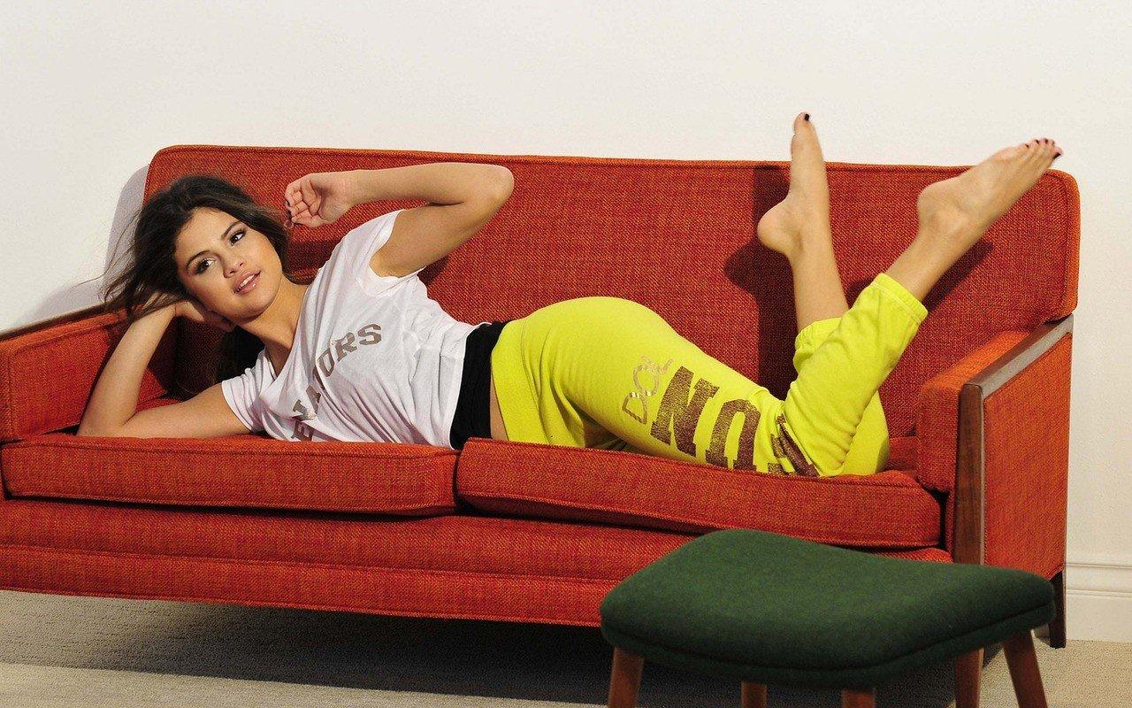 Selena Gomez Yoga Pants Hd Wallpapers Desktop And