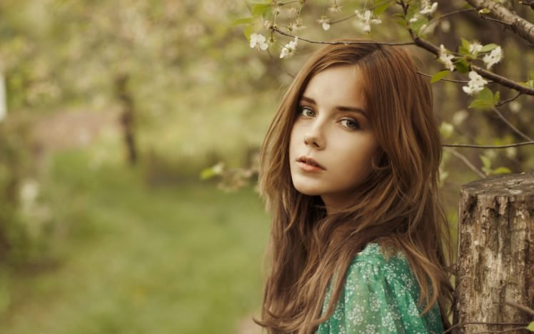 women, Looking at viewer, Women outdoors, Brunette, White flowers, Depth of field, Branch HD Wallpaper Desktop Background
