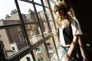 Emma Roberts, Blonde, Window