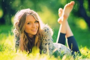 Diana Vickers, Women outdoors, Hands on head, Barefoot, Grass, Blonde, Legs up, Depth of field, Smiling