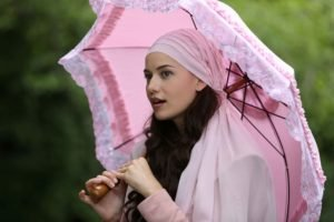 women, Brunette, Long hair, Umbrella, Fahriye Evcen, Wavy hair, Open mouth, Depth of field, Scarf, Women outdoors