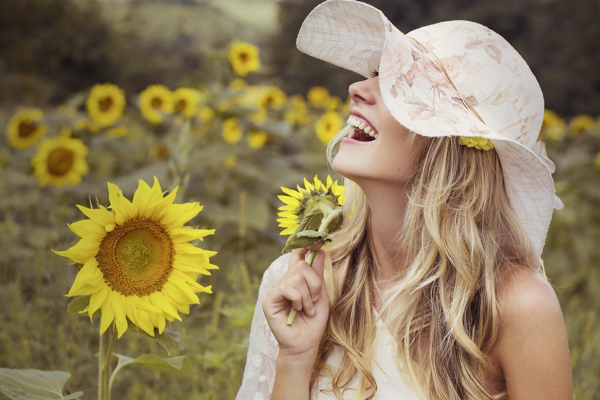 women, Model, Blonde, Sunflowers, Smiling, Long hair, Wavy hair, Women outdoors, Flowers, Yellow flowers Wallpaper