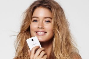 women, Model, Blonde, Long hair, Doutzen Kroes, Smiling, Face, Blue eyes, Cellphone, White background