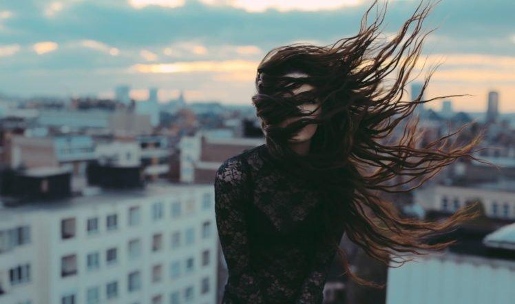 https://hdwallpaperim.com/wp-content/uploads/2017/08/26/177357-women-brunette-wind-hair_in_face-see-through_clothing-long_hair-women_outdoors-city-depth_of_field-748x441.jpg