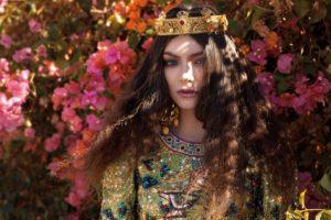 Lorde, Singer, Women, Bougainvillea, Fashion, Crowns, Brunette, Sunlight, Women outdoors, Flowers, Wavy hair, Jewelry, Looking at viewer, Green eyes