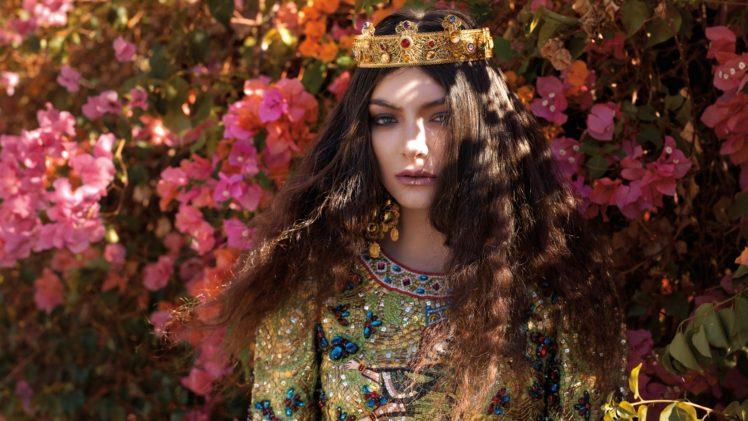 Lorde, Singer, Women, Bougainvillea, Fashion, Crowns, Brunette, Sunlight, Women outdoors, Flowers, Wavy hair, Jewelry, Looking at viewer, Green eyes HD Wallpaper Desktop Background